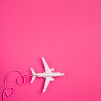 Avião de brinquedo com laço rosa