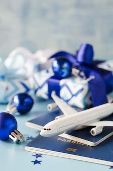 Avião de brinquedo com passaportes e caixas de presente.