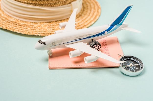 Avião de brinquedo de composição turística encontra-se no passaporte em um fundo azul, espaço para texto