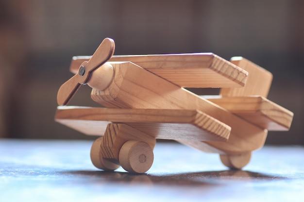 Avião de brinquedo de madeira na mesa