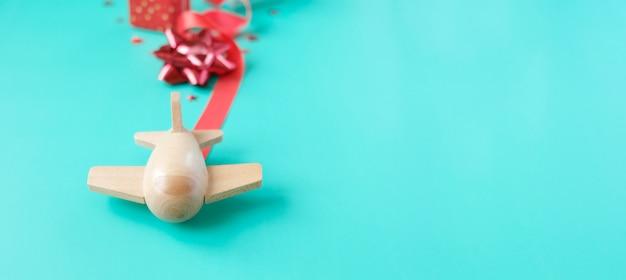 Avião de brinquedo de madeira pequeno sorte com elemento dos namorados