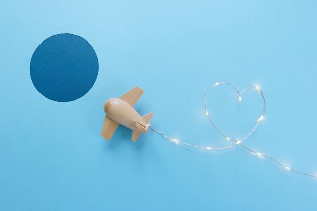 Avião de brinquedo de madeira pequeno sortudo por festão