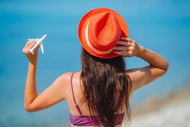 Avião de brinquedo em miniatura nas mãos femininas. viagem de avião. imagem conceitual para viagens e turismo.