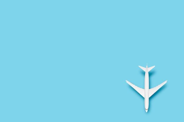 Avião de brinquedo em um fundo azul. viagem de conceito, passagens aéreas, voo.
