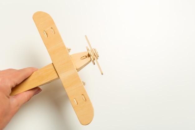 Avião de brinquedo na mão