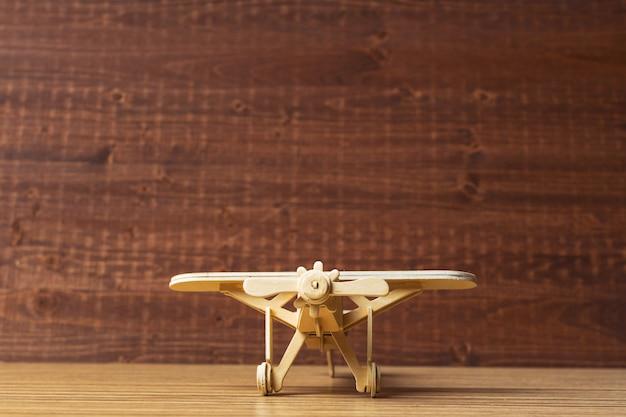 Avião de brinquedo na mesa