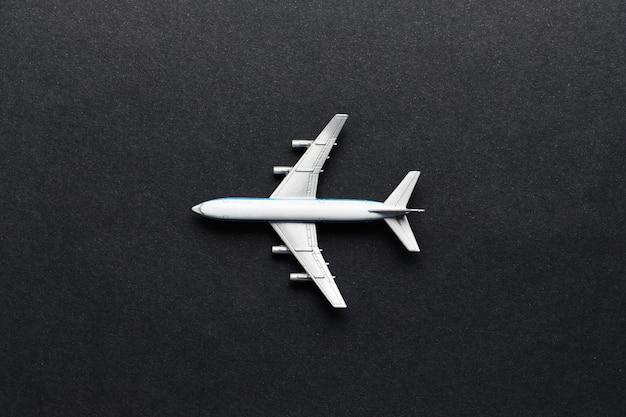 Avião de brinquedo na vista superior de fundo preto