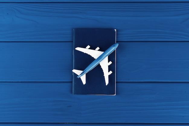 Avião de brinquedo no azul clássico