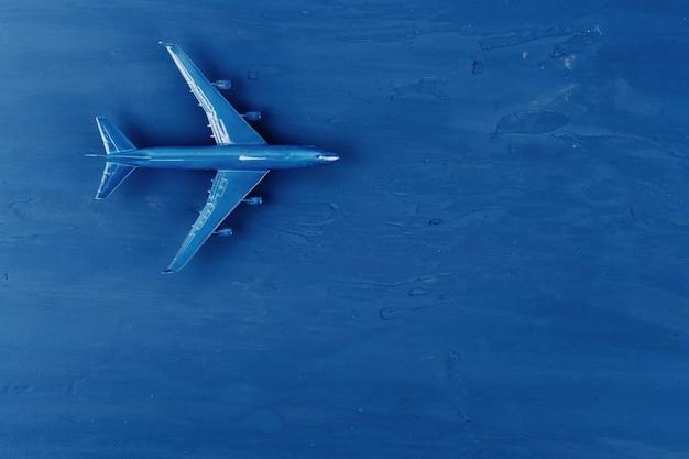 Avião de brinquedo no fundo azul clássico, vista superior
