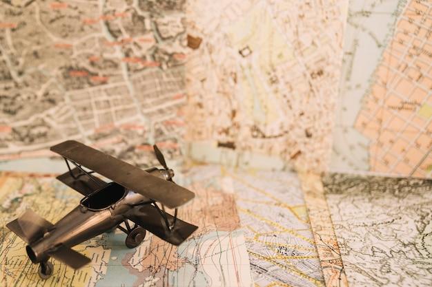 Avião de brinquedo nos mapas
