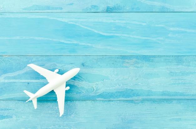 Avião de brinquedo pequeno na mesa de madeira