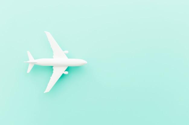 Avião de brinquedo pequeno na mesa