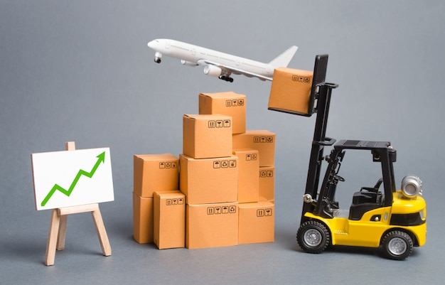 Avião de carga, empilhadeira com caixas de papelão e seta verde para cima