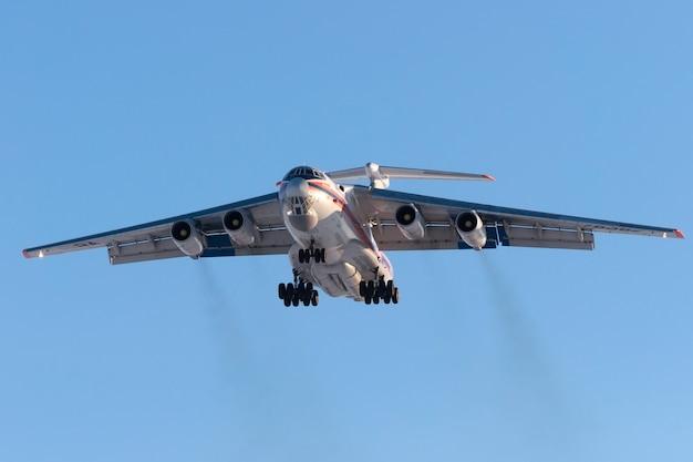 Avião de carga il-76 russo emercom está pousando