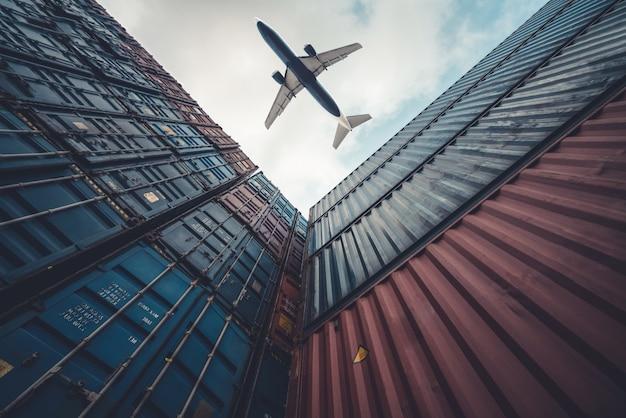 Avião de carga voando acima de contêiner de transporte marítimo