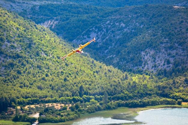Avião de combate a incêndios no ar