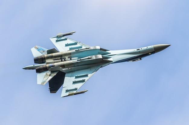 Avião de combate a jato de combate voando de cabeça para baixo