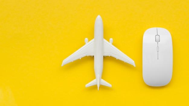 Avião de cópia-espaço ao lado do mouse