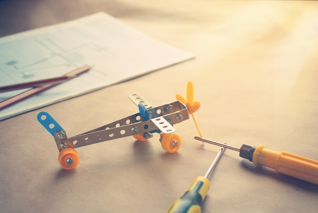 Avião de ferro de brinquedo com chaves de fenda. construtor de metal. sonhe, jogue e crie
