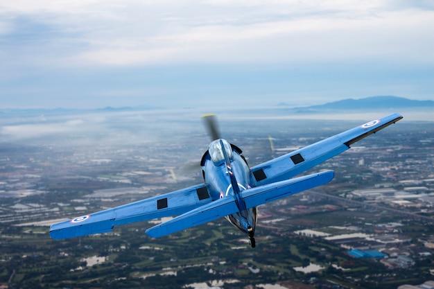Avião de hélice vintage no céu