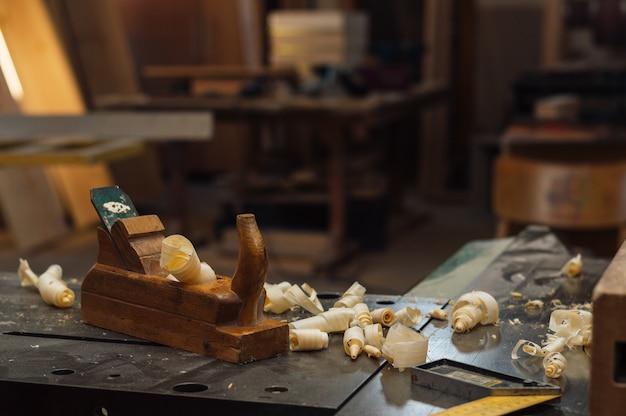 Avião de mão de madeira para madeira e carpintaria.