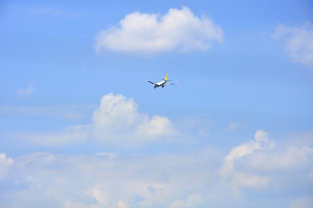 Avião de negócios de velocidade no céu azul