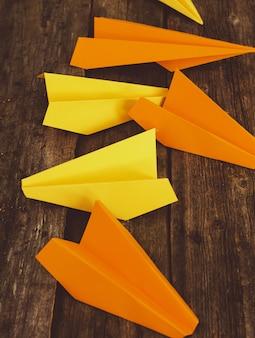 Avião de papéis na mesa de madeira. conceito de viagens