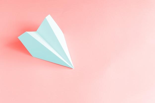 Avião de papel azul pálido em coral