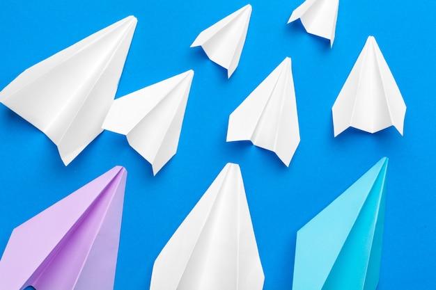 Avião de papel branco em um papel da marinha