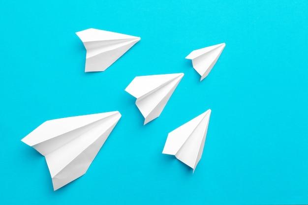 Avião de papel branco