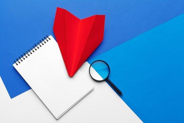 Avião de papel origami vermelho. transporte e conceito de negócio