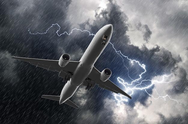 Avião de passageiros branco pousando durante uma tempestade de chuva, mau tempo.
