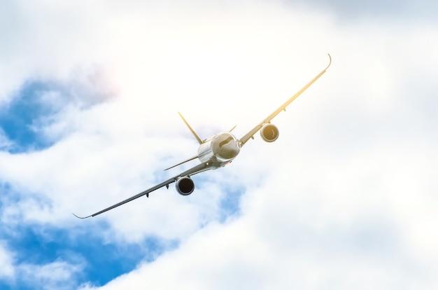 Avião de passageiros voa através da zona de turbulência através do relâmpago de nuvens de tempestade com mau tempo.