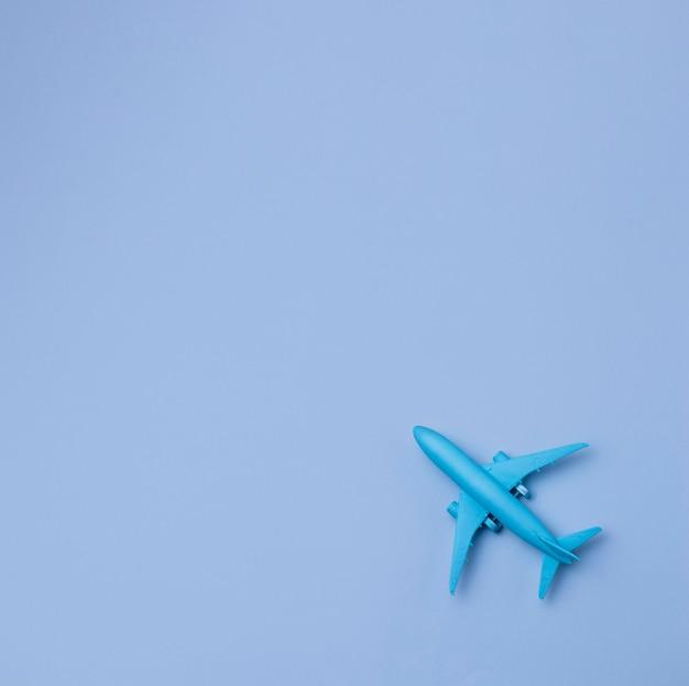 Avião de vista superior com espaço de cópia