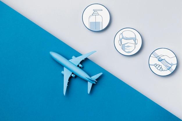 Avião de vista superior com logotipos de medidas de segurança