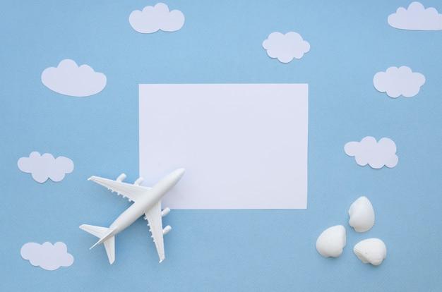 Avião de vista superior com nuvens
