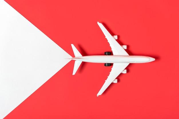 Avião de vista superior em fundo vermelho