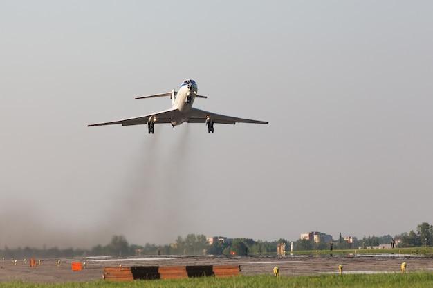 Avião decolando de um campo de aviação militar