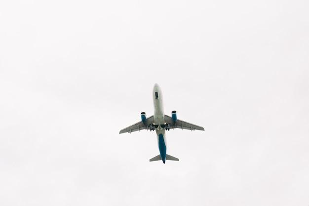 Avião decolando do aeroporto contra o céu