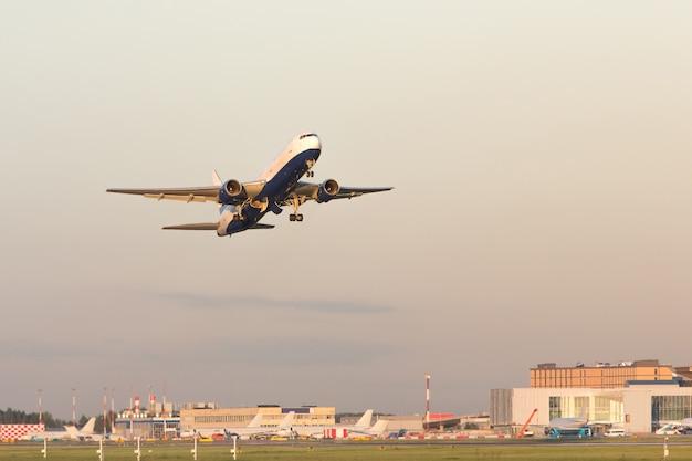 Avião decolando em dia de verão