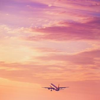 Avião decolando no céu pôr do sol
