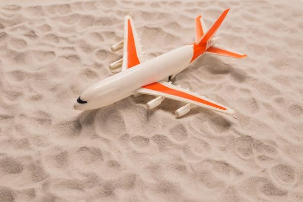 Avião deitado na areia