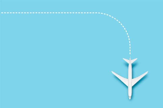 Avião e linha indicando a rota em um fundo azul. viagem de conceito, passagens aéreas, voo, palete de rota.