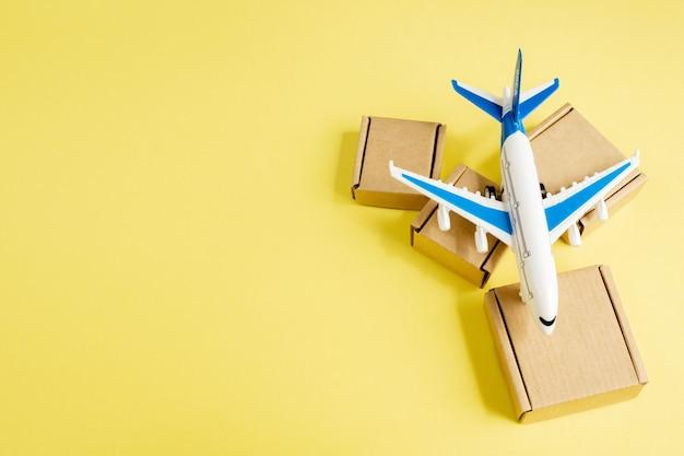 Avião e pilha de caixas de papelão.
