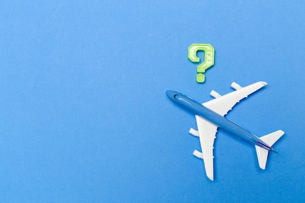 Avião em fundo azul