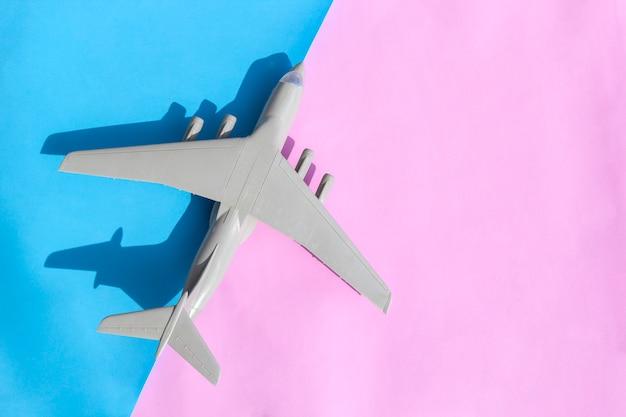 Avião em miniatura com design minimalista