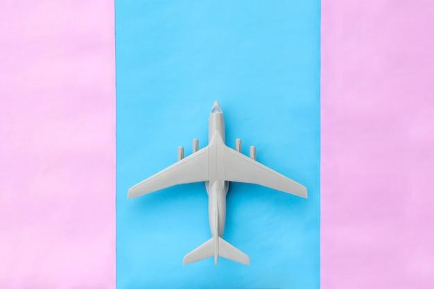 Avião em miniatura na pista em design minimalista