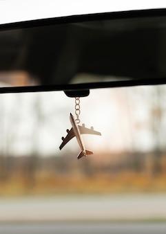 Avião em miniatura no carro espelho