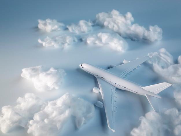 Avião em miniatura no chão branco, conceito de viagens
