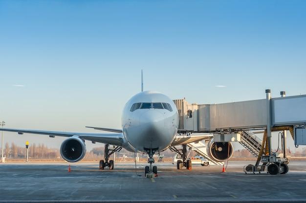 Avião estacionado no aeroporto para manutenção e abastecimento